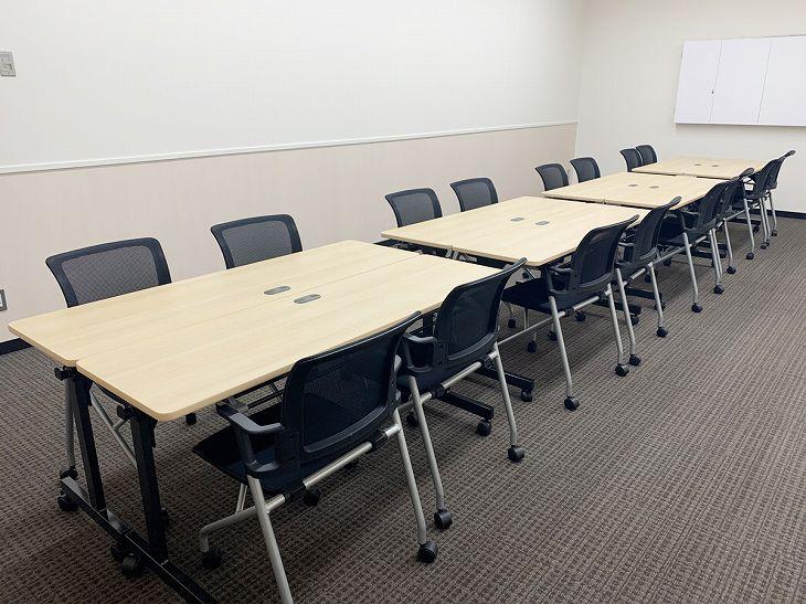 横川エキチカ会議室。アイランド型レイアウト