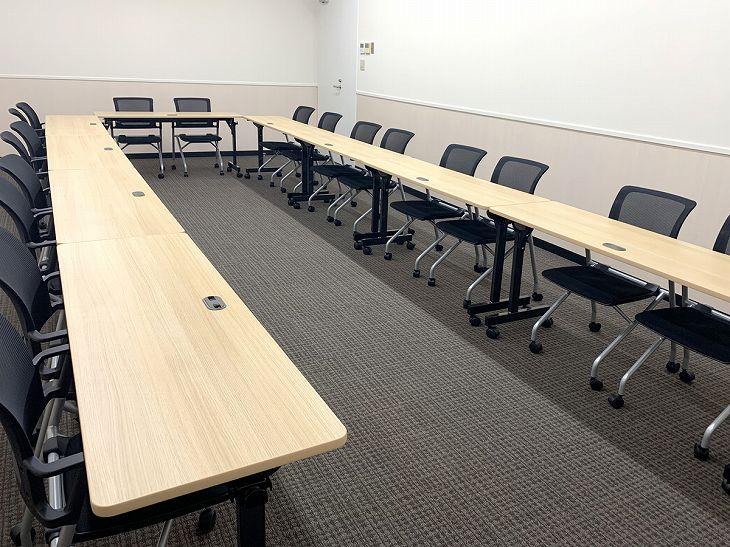 横川エキチカ会議室。コの字型レイアウト