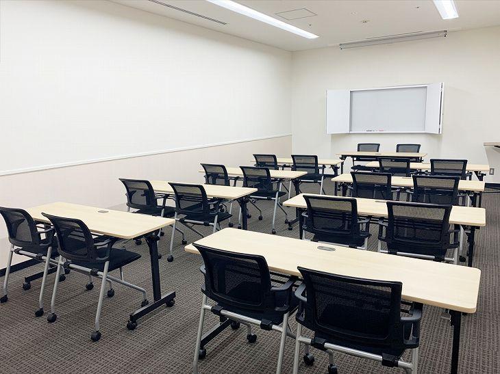 横川エキチカ会議室。スクール型レイアウト